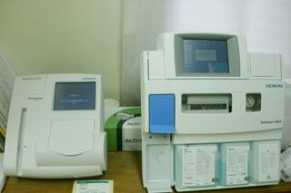 右:血液ガス分析装置 左:グリコヘモグロビン分析装置
